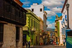 Panoramiczny widok ulica z rozdrabnianie budynkami i widok na zatoce w Santiago de Kuba, Kuba obrazy royalty free