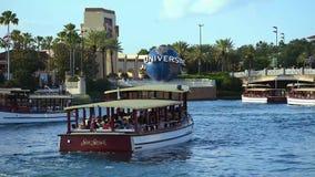 Panoramiczny widok Universal Studios łuk, światowa sfera, drzewka palmowe i taxi łódź w Citywalk przy Universal Studios terenem, zdjęcie wideo