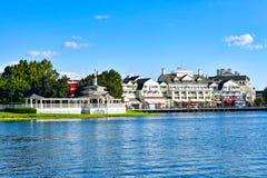 Panoramiczny widok urocza Wiktoriańska przejażdżka na dockside i restauracjach przy Jeziornym Buena Vista terenem obraz royalty free