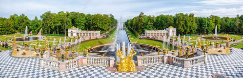 Panoramiczny widok Uroczysta kaskada w Petergof, Rosja Zdjęcie Royalty Free