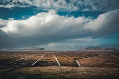 Panoramiczny widok Vik przy wschodu słońca zmierzchem duży lodowa Iceland drogowi południe Typowa czerwień barwił drewnianego koś zdjęcia royalty free