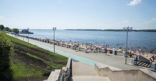 Panoramiczny widok Volga rzeczny bulwar w Samara, Rosja Na pogodnym letnim dniu zdjęcie royalty free
