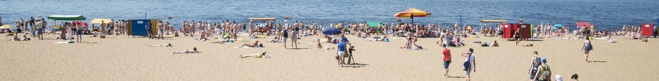 Panoramiczny widok Volga rzeczny bulwar w Samara, Rosja Na pogodnym letnim dniu obraz royalty free