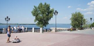 Panoramiczny widok Volga rzeczny bulwar w Samara, Rosja Na pogodnym letnim dniu zdjęcia royalty free