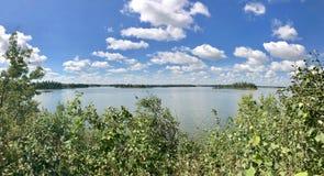 Panoramiczny widok w łoś wyspy parka narodowego Astotin jeziorze w Alberta obrazy royalty free