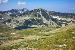 Panoramiczny widok w kierunku Vlahini jezior, Pirin góra Zdjęcie Stock