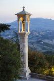 Panoramiczny widok w San Marino w lecie w opóźnionym wieczór fotografia stock