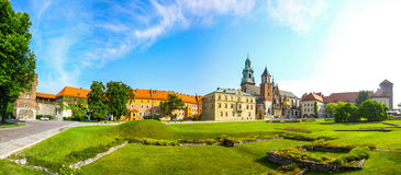 Panoramiczny widok Wawel Królewski Grodowy kompleks w Krakow, Polska Zdjęcie Royalty Free
