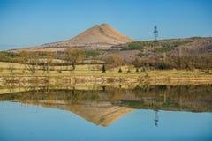 Panoramiczny widok wiejski krajobraz z jeziorem i wzgórzem obraz stock