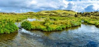 Panoramiczny widok wodny przepływ gdy krzyżujący bród po Lakagigavegur droga F207 w sposobie Lakagigar powulkaniczny obrazy royalty free