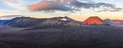 Panoramiczny widok wschód słońca w górze Bromo, Indonezja Obrazy Stock
