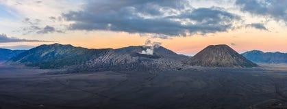 Panoramiczny widok wschód słońca w górze Bromo, Indonezja Zdjęcia Royalty Free