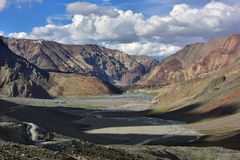 Panoramiczny widok wysokie góry dolina: ogromni pasma górskie w przedpolu, cień od gór droga Fotografia Royalty Free