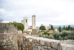 Panoramiczny widok z góruje i dzwonkowy wierza w Tuscany zdjęcie royalty free