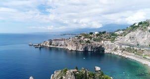Panoramiczny widok z lotu ptaka Cefalu port morski i Tyrrhenian Denny wybrzeże, Sicily, Włochy Cefalu miasto jest jeden ważny zdjęcie wideo