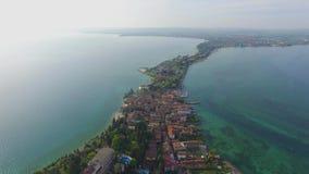 Panoramiczny widok z lotu ptaka na dziejowym miasteczku Sirmione w Garda jeziorze, Włochy zbiory