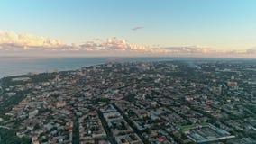 Panoramiczny widok z lotu ptaka Odessa miasto z denną linią brzegową przeciw ładnemu chmurnemu niebu zbiory wideo