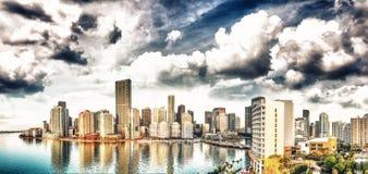 Panoramiczny widok z lotu ptaka W centrum Miami i Brickell klucz przy sunr fotografia royalty free