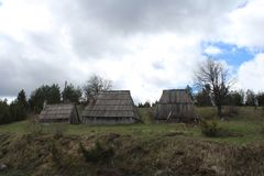 Panoramiczny widok z starymi wiejskimi domami od pi?knego zielonego plateau Zabljak g?ra ?nie?na Durmitor g?ra obrazy stock