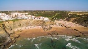 Panoramiczny widok Zambujeira De Mącący i plaża z wczasowiczkami zaludnia widok z lotu ptaka Obraz Royalty Free