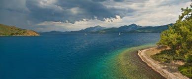 Panoramiczny widok zbliża się wyspy w morzu burza Zdjęcia Royalty Free