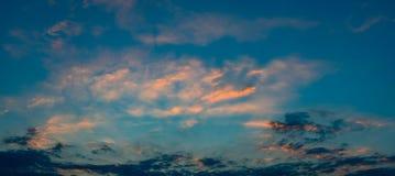 Panoramiczny widok zmierzchu niebo z niebieskim niebem Obrazy Stock