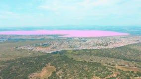 Panoramiczny widoku z lotu ptaka wideo Las?w Salinas, jaskrawego koloru miejsca menchii s?awny jezioro linia brzegowa Torrevieja  zbiory