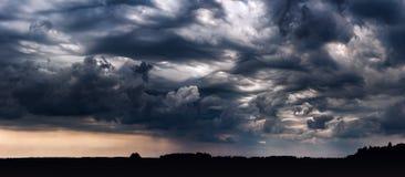 Panoramiczny wizerunek burz chmury z asperitas chmurnieje obrazy stock
