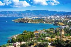 Panoramiczny wysokiego punktu widok malownicza zatoka Mirambello, z wyspą Agioi Pantes i Agios Nikolaos miasteczko Obraz Stock