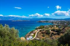 Panoramiczny wysokiego punktu widok malownicza zatoka Mirambello, z wyspą Agioi Pantes i Agios Nikolaos miasteczko Fotografia Royalty Free