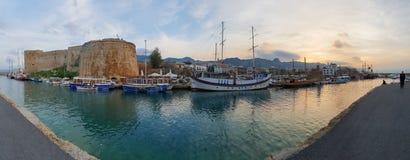Panoramiczny zdobycz historyczne 7th wiek reklamy kasztelu łodzie stary schronienie w Kyrenia i, wyspa Cypr zdjęcia stock