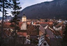 Panoramique au-dessus de Brasov, en Transylvanie, la Roumanie une soirée d'hiver photo libre de droits