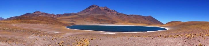 Panoramique du lac bleu Meniques, désert d'Atacama, Chili Photographie stock libre de droits