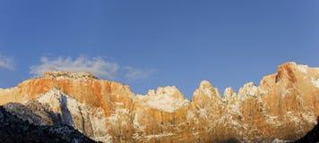Panoramique du lever de soleil sur le mur massif dans Zion Photos stock