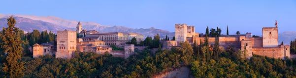 Panoramique géant d'Alhambra de Grenade au coucher du soleil Image libre de droits