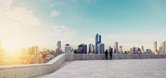 Panoramique, paysage urbain dans le lever de soleil avec des couples Photos stock