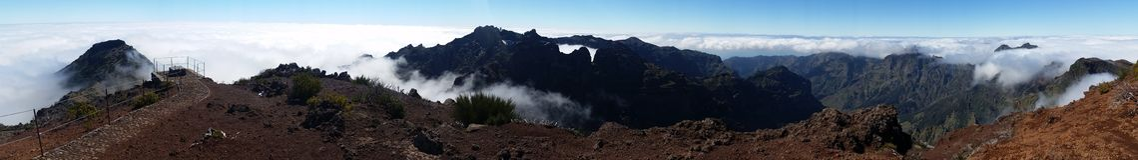 Panoramisch über den Wolken stockbild
