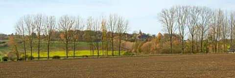 Panoramisch autum pastoraal landschap met kerktoren in de Vlaamse Ardennen, België stock foto