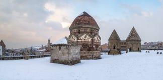 Panoramisch beeld van drie kumbets historische graven in Erzurum, Turkije royalty-vrije stock foto