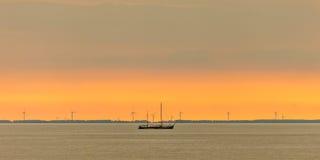 Panoramisch beeld van een varende boot in Nederlandse Markermeer Royalty-vrije Stock Fotografie