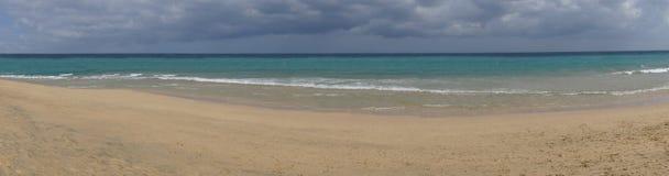 Panoramisch beeld van het zandige strand in Costa Calma stock fotografie