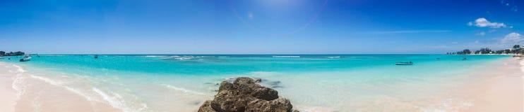 Panoramisch Caraïbisch strand met wit zand en turkooise overzees Stock Foto's