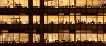 Panoramisch - de Binnenlandse bureaubouw met mensen het werken Royalty-vrije Stock Afbeeldingen