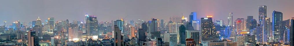 Panoramisch de bouw modern bedrijfsdistrict van Bangkok bij nacht royalty-vrije stock afbeeldingen