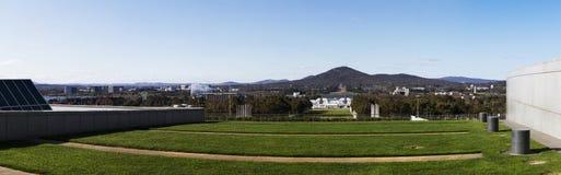 Panoramisch die beeld van de de Stadshorizon van Canberra van boven op de nieuwe het parlementswoningbouw wordt genomen royalty-vrije stock foto's