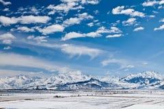 Panoramisch landschap. De bergen van de sneeuw royalty-vrije stock afbeeldingen