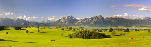 Panoramisch landschap in gebied Allgaeu met meer en van alpen bergen royalty-vrije stock foto's