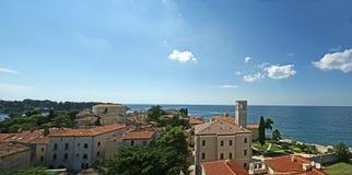 Panoramisch landschap met de hemel, het overzees en het dak stock afbeelding