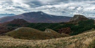 Panoramisch landschap met heuvels en wolken Royalty-vrije Stock Afbeeldingen