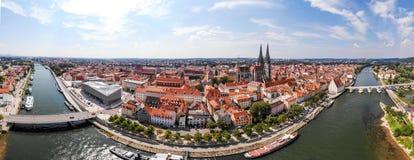 Panoramisch landschap met mening over de rivier van Donau en de stadsarchitectuur van Regensburg, Duitsland, Luchtfotografie Royalty-vrije Stock Afbeelding
